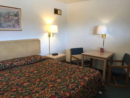 Abilene, KS: 1 King Bed Room