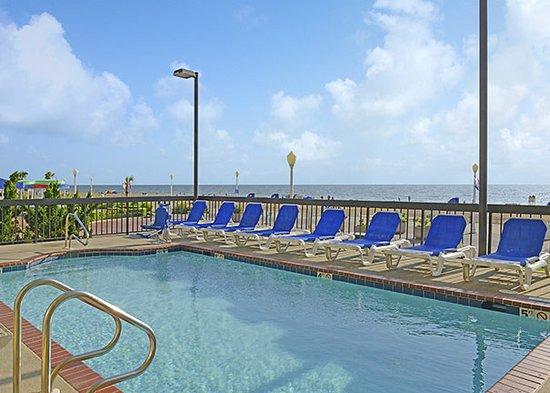 The Breakers Resort Inn: Outdoor heated pool overlooking the ocean