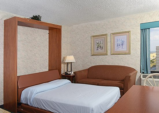 The Breakers Resort Inn: Suite Pull down bed