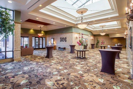 Crowne Plaza Lansing West: Royale Atrium
