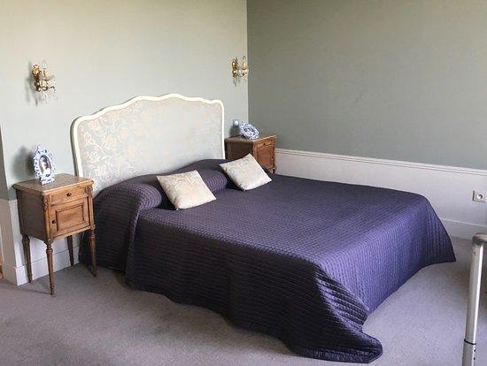 Comblanchien, France : Comfortable bed