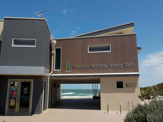Carrum, Australien: Lifesaving Club Building with Toilets