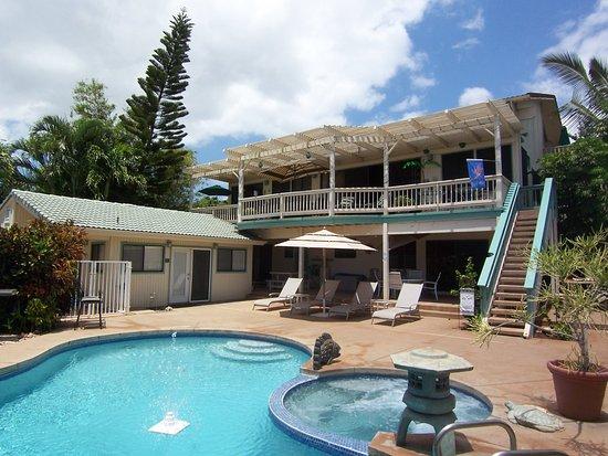 Wai Ola Vacation Paradise: pool deck and ocean view lanai