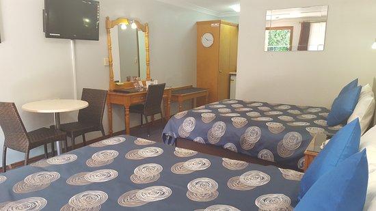 Sandstock Motor Inn: Queen & double room