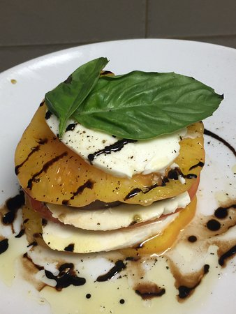 Mangoes Restaurant : Heirloom tomatoes with imported mozzarella from Italy with olive oil and a balsamic vinegar