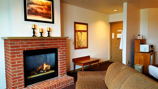 Berlin, OH: Picture of our KGFP room with a King Bed & Fireplace