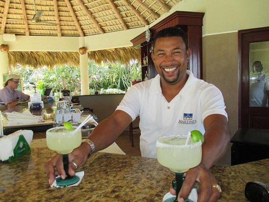 Martini's Beach Bar & Grill: Pedro serving up margueritas.