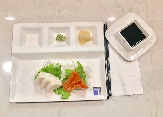 Granby, Κονέκτικατ: White tuna and salmon sashimi. Both were very fresh!