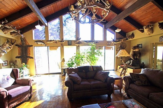 Grangeville, ID: Great room loooking out onto deck