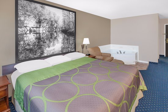 Lowell, AR: 1 King Bed Jacuzzi Suite