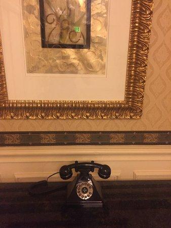 Warwick Melrose Hotel Dallas: Hallway by the elevator