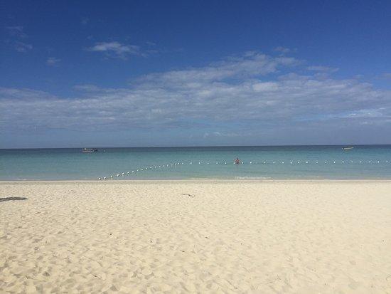 روومز أون بيتش نيجريل: Looking at hotel from the beach & beach from the hotel :)