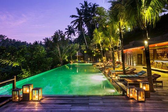 Chapung SeBali Resort and Spa: Jungle Fish pool bar by night