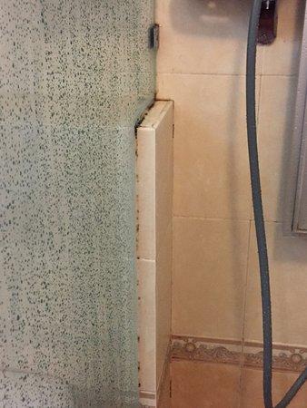 Muar Traders Hotel: Stain in bathroom