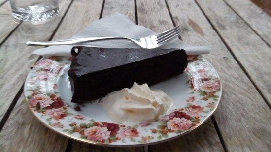 Tamborine Mountain, Australia: Gluten free flour less chocolate cake