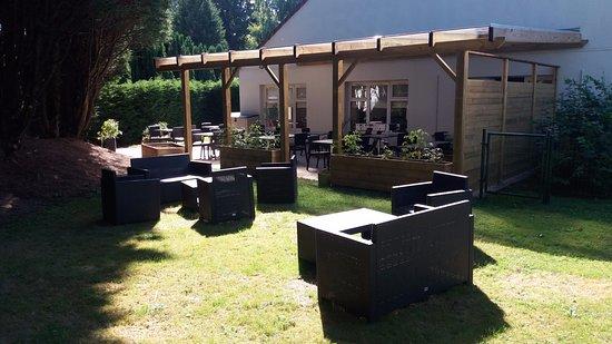 Campanile Bethune - Fouquières Les Béthune : Jardin avec sa terrasse et sa Pergola