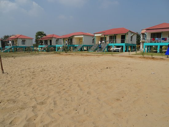 Bapatla, Hindistan: The rooms in the front row with the good views of the beach