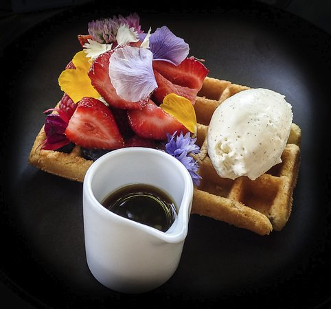 Picton, Australia: Waffle with strawberries, golden syrup and vanilla ice cream