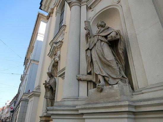 Stadtpfarrkirche: 教会ファザードの彫像