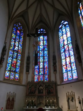 Stadtpfarrkirche: 主祭壇とステンドグラス