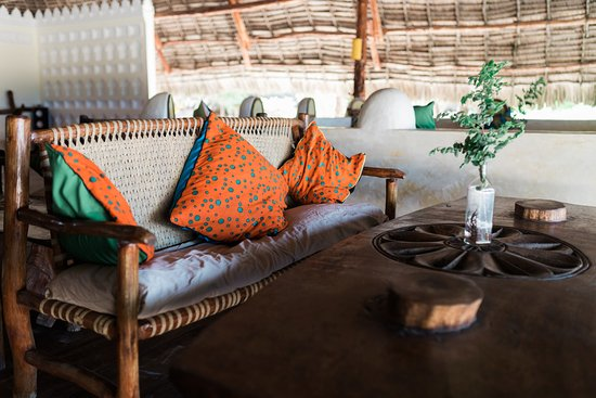 Hakuna Majiwe Beach Lodge: Beach facing Lounge