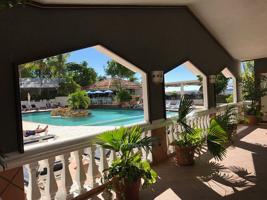 Sapphire Beach Club Resort: big pool with chairs and bar friendly service included