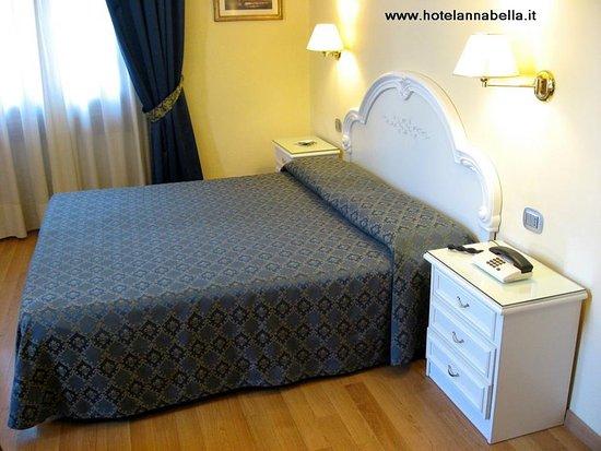 Annabella Hotel: Camera con bagno privato, telefono, TV, WIFI e balcone