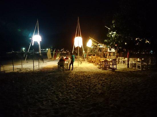 Klong Jark Bungalows : večeře na pláži