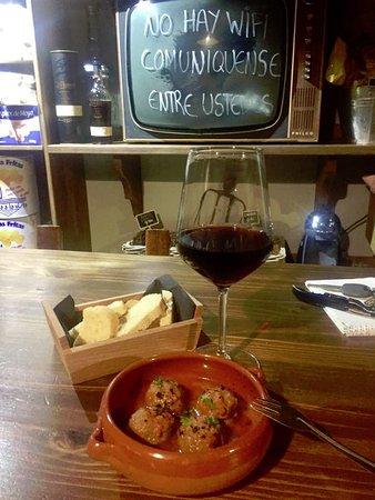 Moya, Spain: unas albóndigas con un vino Agala 1050 (tinto joven) añada 2016, muy buenos la tapa y el vino