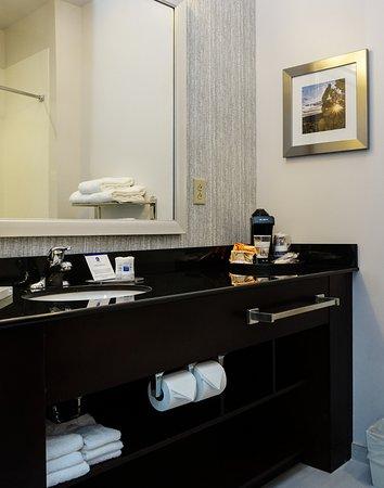 Hammondsport, Nowy Jork: Spacious counter space in each guestroom for toiletries.
