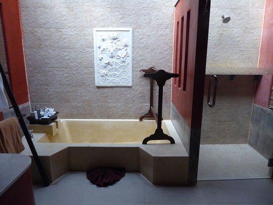 The Village Resort and Spa: ーハネムーンでの利用ー 敷地が小さい分客室が少なく、プライベート感のあるホテルでした。スパも初めて体験しましたが、大変満足です。 ただ1つ、歯ブラシがないのは残念! 利用を考えている人は現地の