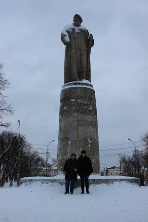 Памятники сусанину в костроме 44 надгробные памятники воронеже цены