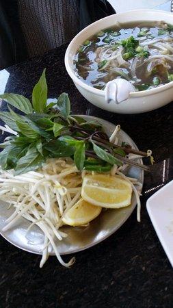 Milpitas, Kaliforniya: 따듯한 쌀 국수 장국: basil, mung bean sprout, lemon을 얹어 먹음. 고기가 꽤 많다.