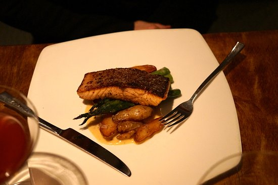 Easton, Pennsylvanie : Crispy Salmon Fingerling Potatoes, Asparagus, Mustard Beurre Blanc.