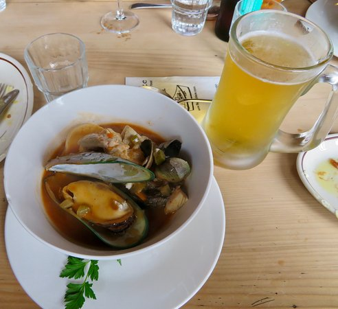 Fleurs Place: Seafood chowder with a cold draught beer (Speight's) - Most excellent!
