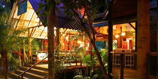 Casa Cayuco: Main lodge at dusk