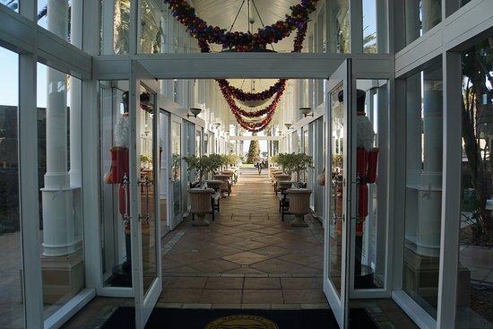 ذا تابل باي هوتل: Entrance to hotel