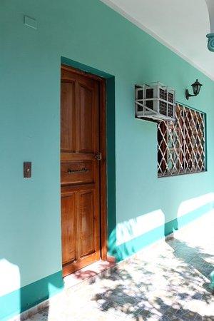 Hostal Doña Cristina: Pasillo exterior que esta frente a la habitacion # 2