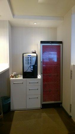 IQ Hotel : кофе-машина и холодильник с завтаками