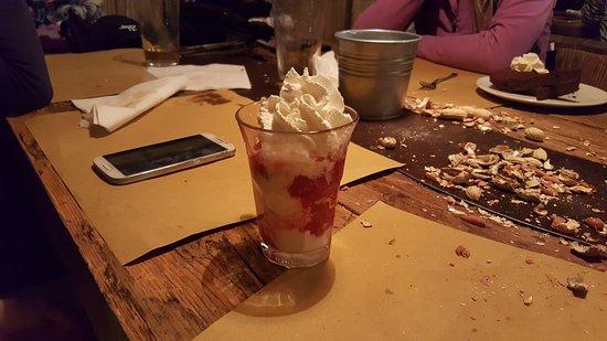 Birrificio Livigno: gelato con panna e fragole