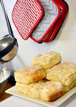 Gallatin Gateway, MT: Of course the biscuits are home made!!