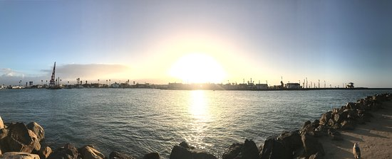 Oxnard, Kalifornia: Sunrise in the Channel Islands Harbor in early January 2017.