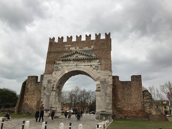 Arco d'Augusto: The arch in landscape
