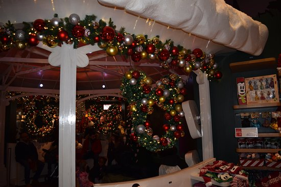 disney store christmas decorations - When Is Disney Decorated For Christmas