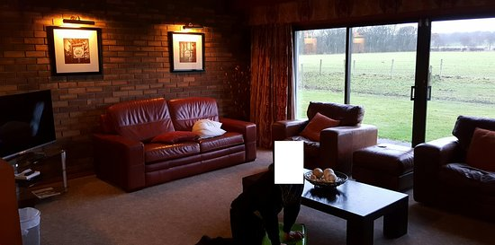 Kilconquhar, UK: Living room was spacious, nice leather settee and modern