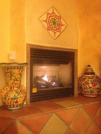 แอวิลาบีช, แคลิฟอร์เนีย: The delightfully decorated fireplace in my room