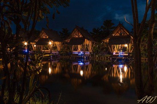 Temukus, Indonesia: Restaurantplätze am See bei Nacht