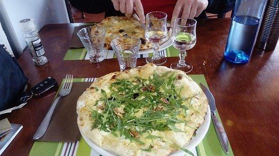 Puylaurens, فرنسا: Les pizzas Bergère blanche et 4 fromages