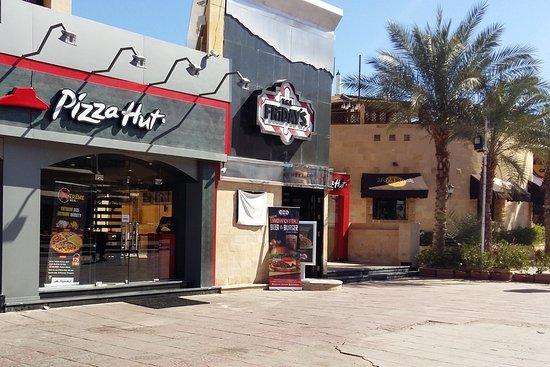 Pizza Hut, Шарм-эль-Шейх - 9 фото ресторана - TripAdvisor: https://www.tripadvisor.ru/Restaurant_Review-g297555-d2726865-Reviews-Pizza_Hut-Sharm_El_Sheikh_South_Sinai_Red_Sea_and_Sinai.html