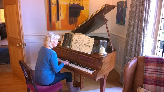 Fivehead, UK: Sue couldn't resist the Steinway baby grand & played Hallelujah